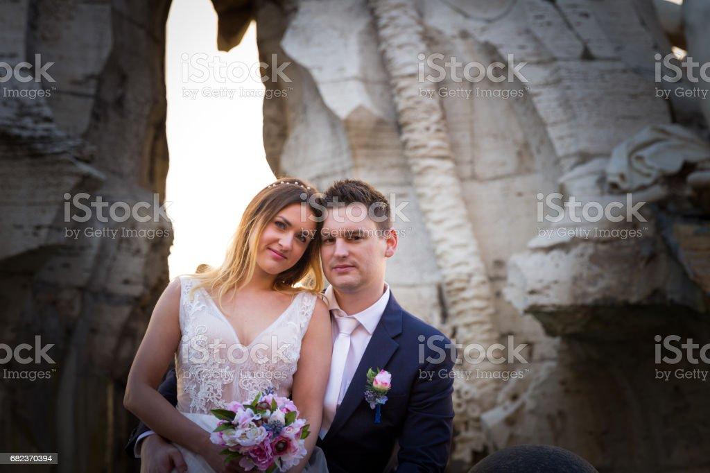 Bruden och brudgummen bröllop poser framför Piazza Navona, Rom, Italien royaltyfri bildbanksbilder