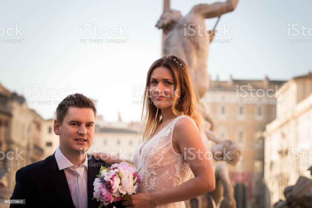 Bruid en bruidegom bruiloft houdingen tegenover de Piazza Navona, Rome, Italië royalty free stockfoto
