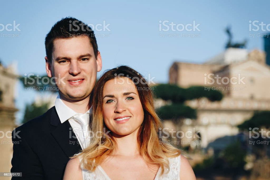 Bruid en bruidegom bruiloft houdingen tegenover Forum Romanum, Rome, Italië royalty free stockfoto