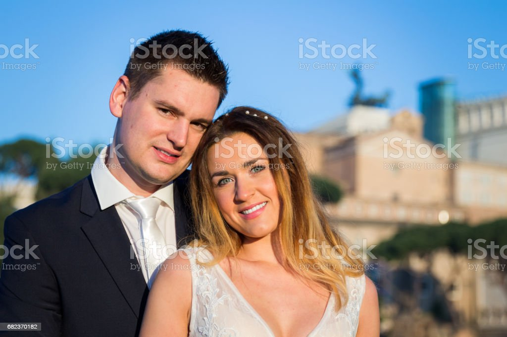 Bride and groom wedding poses in front of Roman Forum, Rome, Italy zbiór zdjęć royalty-free