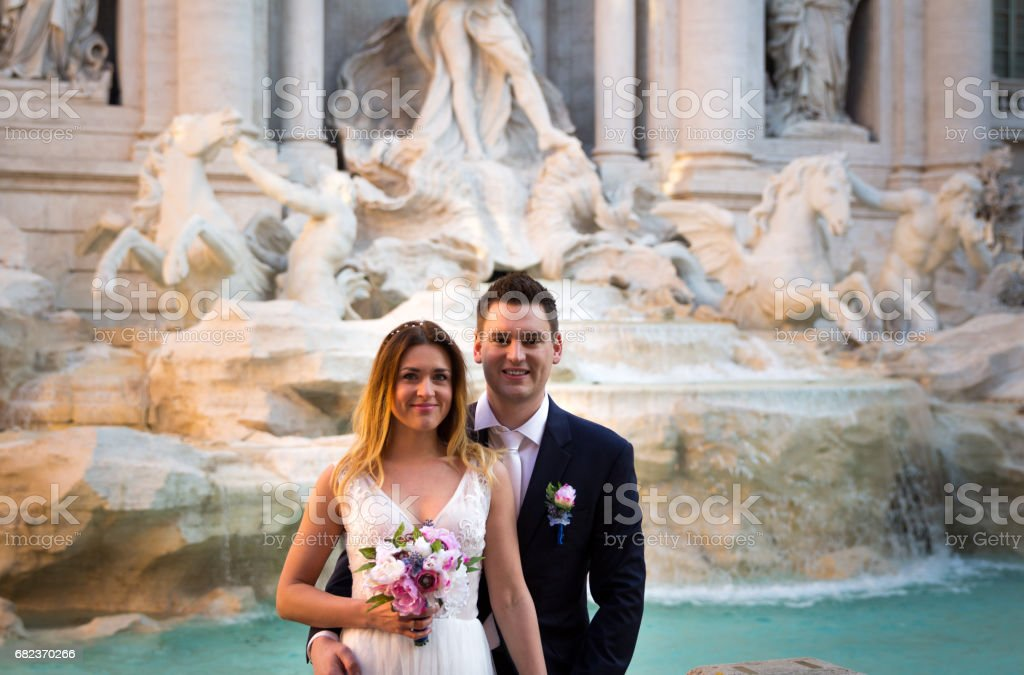 Bride and groom wedding poses in front of Trevi Fountain (Fontana di Trevi), Rome, Italy zbiór zdjęć royalty-free