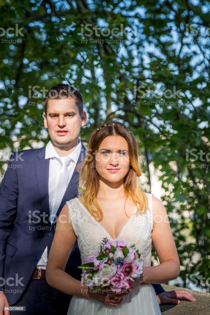 Bruid en bruidegom bruiloft poses onder bomen aan de oever van de rivier de Tiber, Rome, Italië royalty free stockfoto