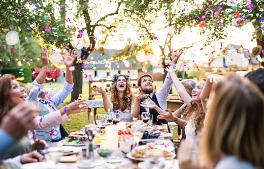 Braut Und Bräutigam Mit Gästen Bei Hochzeitsfeier Draußen Im Hinterhof Stockfoto und mehr Bilder von Baum