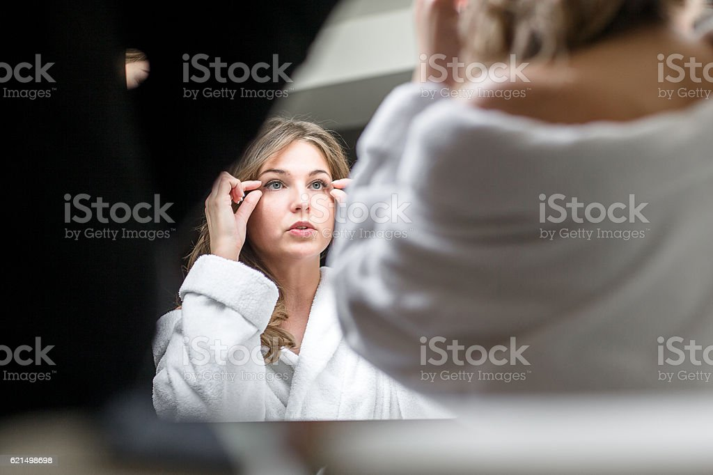 bride applying wedding makeup photo libre de droits