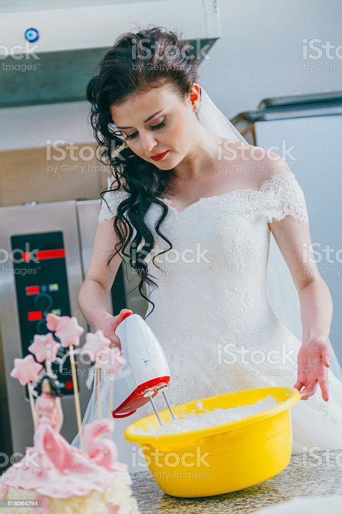 Bride baking cake in kitchen foto