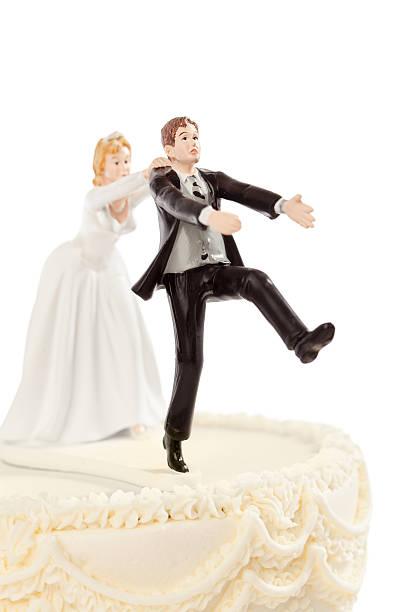 braut verfolgen bräutigam humorvolle hochzeitstorte matratzenauflage auf weiß - tortenfiguren stock-fotos und bilder