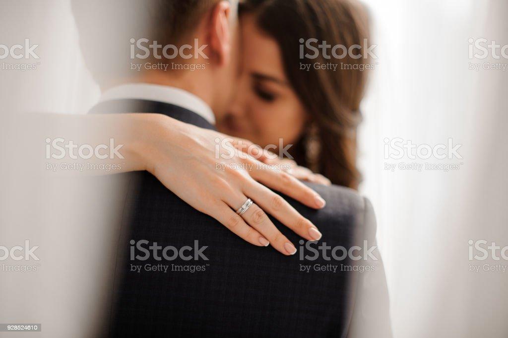Braut zeigt ihre eleganten Diamant-Verlobungsring – Foto