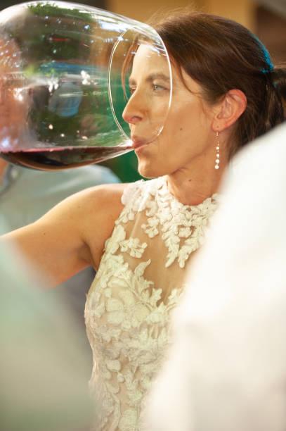 Braut trinken aus großen Weinglas – Foto