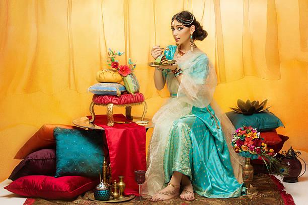 Panna młoda jedzenie Tort weselny – zdjęcie