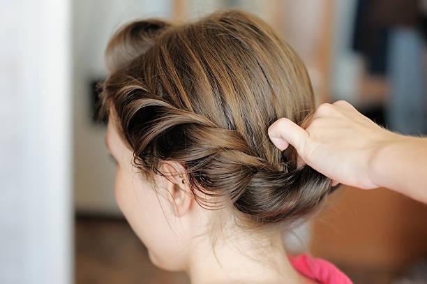 braut sich ihre haare schneiden - haarnadeln stock-fotos und bilder