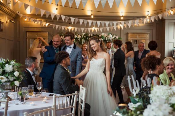 花嫁は彼女のゲストを挨拶 - 談笑する ストックフォトと画像