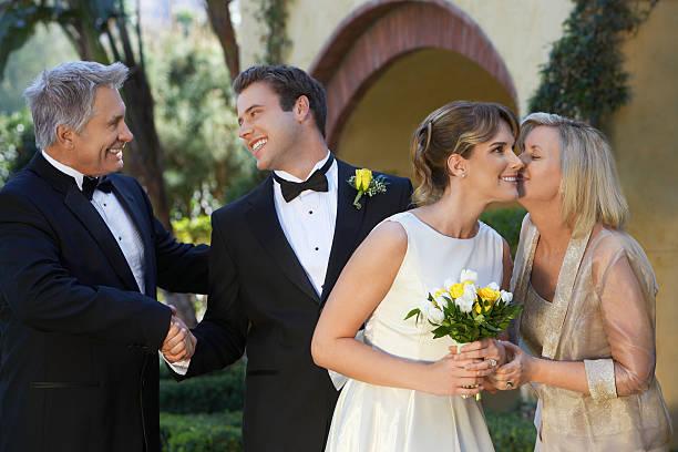 braut, bräutigam und eltern austauschen wünsche - mütterbrautkleider stock-fotos und bilder