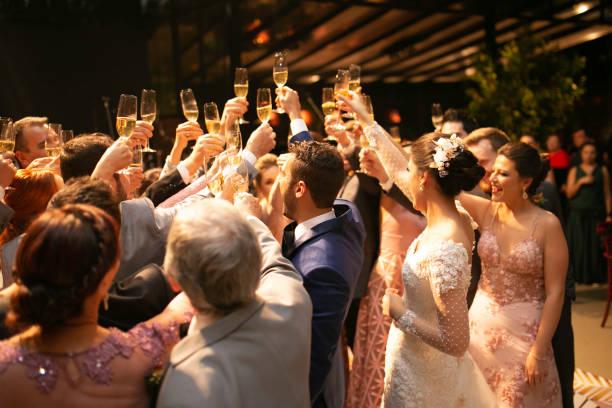 新郎新婦、結婚式のゲストが乾杯 - 結婚式 ストックフォトと画像