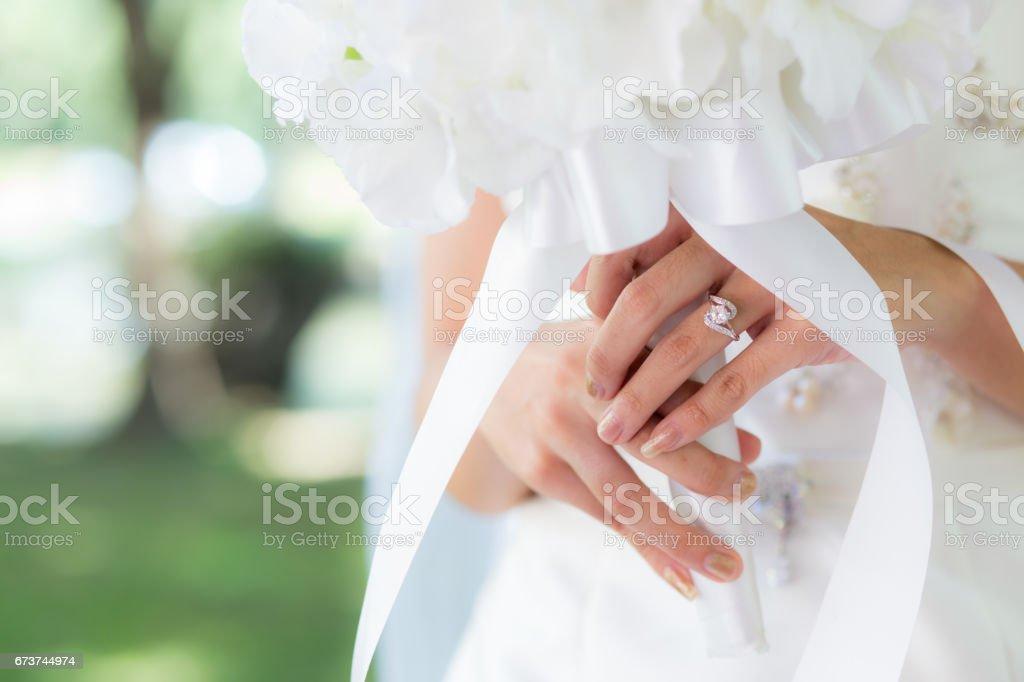 Main mariée avec anneaux de mariée - mise au point sélective. photo libre de droits