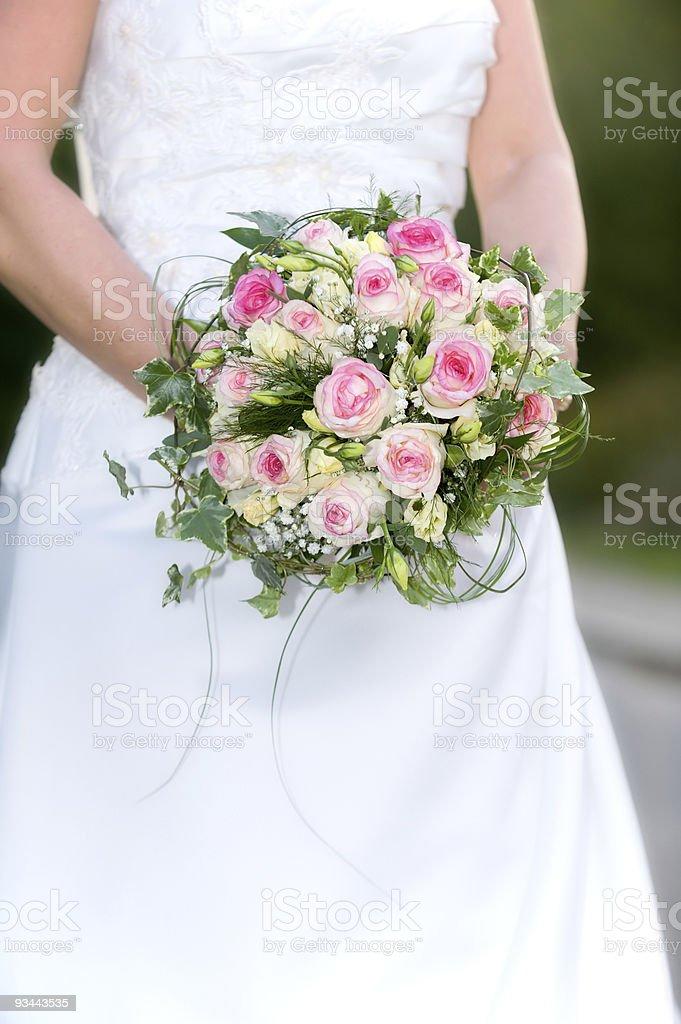 Braut hält einen Strauß wunderschöner, hellen Blumen Lizenzfreies stock-foto