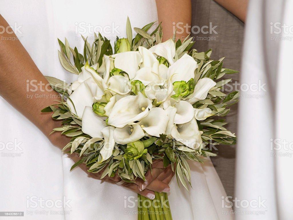 Braut hält einen Strauß – Foto