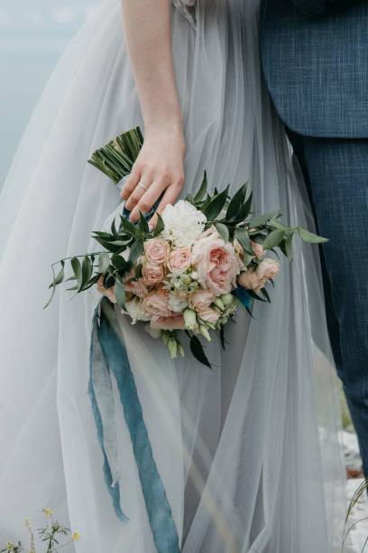 panna młoda trzymająca bukiet ślubny - panna młoda zdjęcia i obrazy z banku zdjęć
