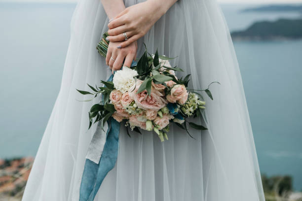 Braut hält einen Hochzeitsstrauß – Foto