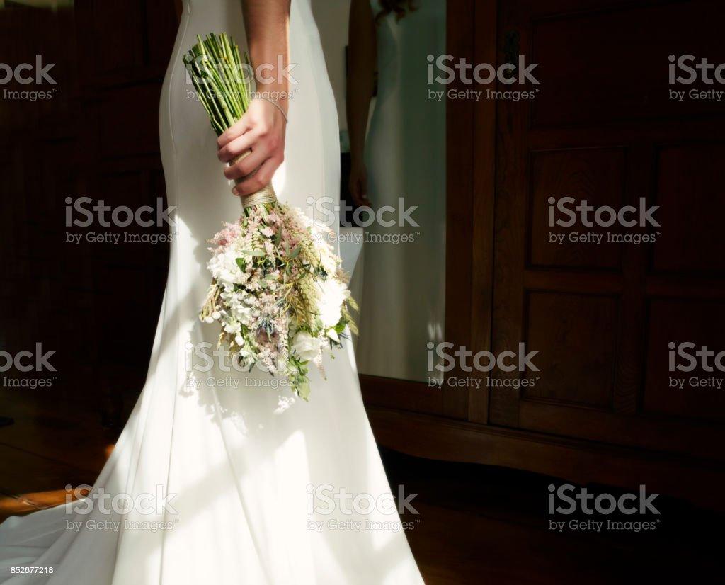 Novia sosteniendo su ramo de Novia de flores. Persona irreconocible - foto de stock