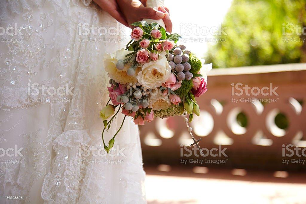 Novia sosteniendo el ramo de flores en sus manos - foto de stock