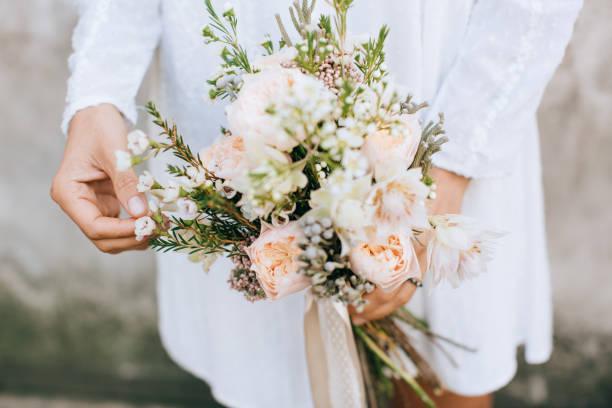 braut hält den brautstrauß, mit schönen blumen rustikalen stil - bräutigam tisch stock-fotos und bilder
