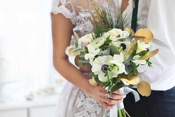 bride holding wedding bouquet. close up - brautstrauß aus holz stock-fotos und bilder