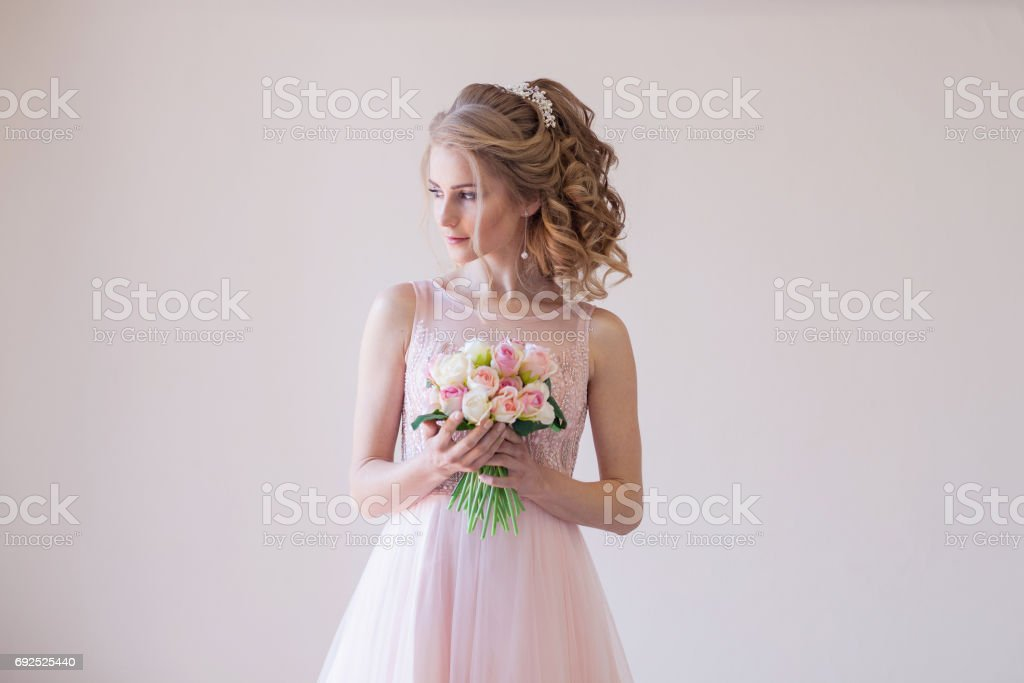 bride in a pink wedding dress and bouquet of flowers стоковое фото