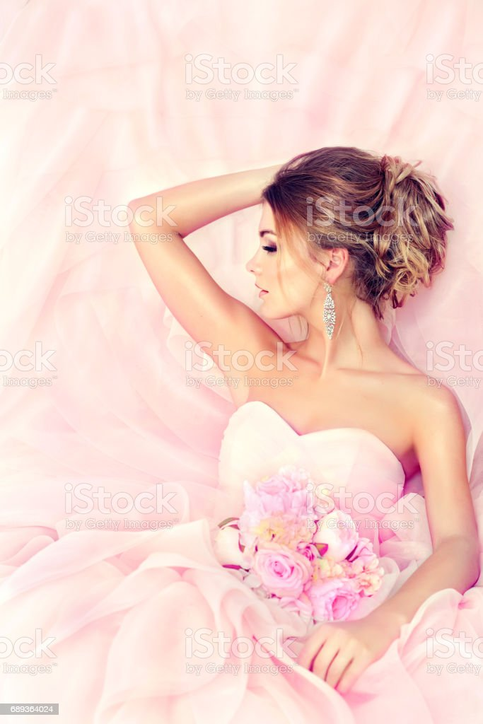 Bride in a posh wedding gown with wedding bouquet. стоковое фото