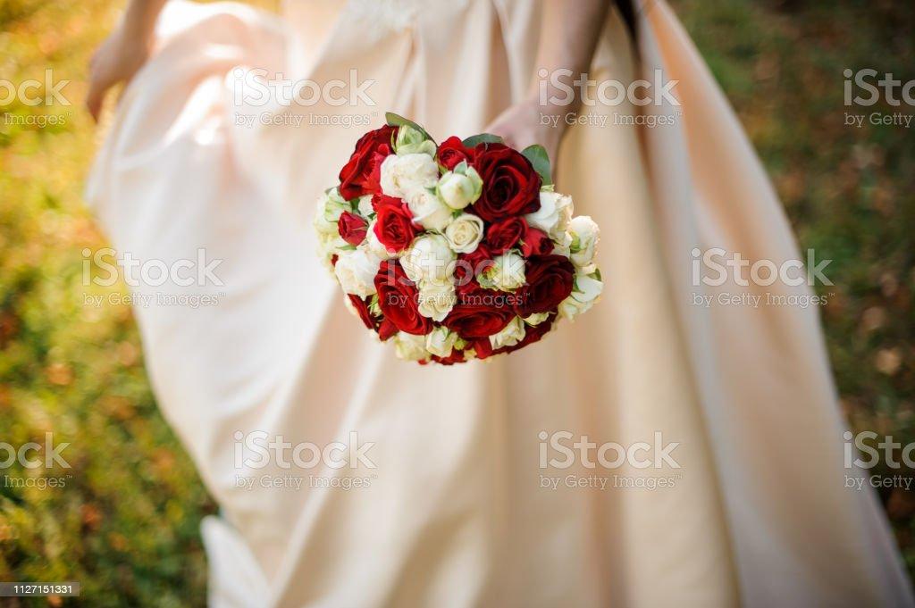 Novia En Un Blanco Vestido De Novia Con Un Ramo De Rosas