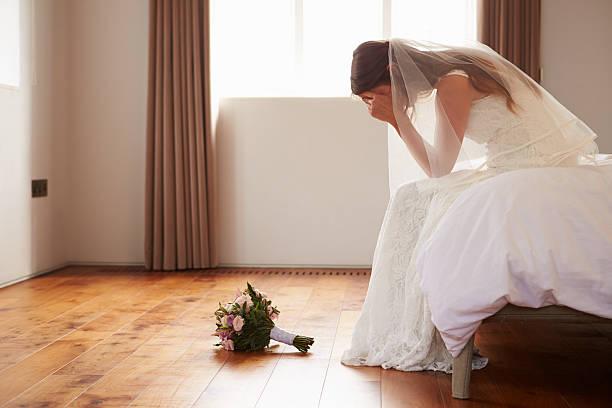 panna młoda w sypialni o drugą myśli przed wesele - panna młoda zdjęcia i obrazy z banku zdjęć