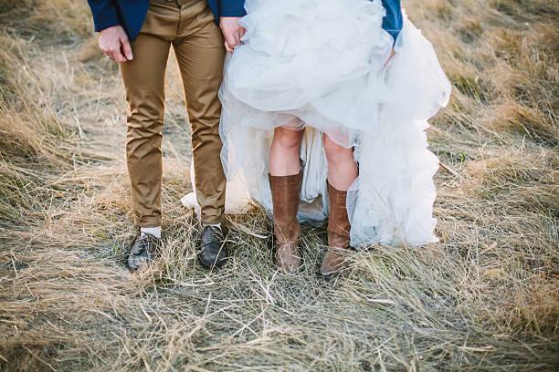 braut und bräutigam in cowboy-stiefel in braun schuhe - hipster braut stock-fotos und bilder