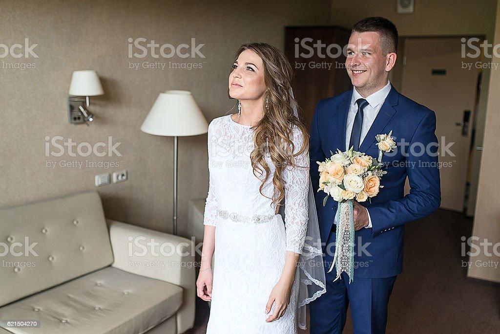 Braut auf Bräutigam Lizenzfreies stock-foto