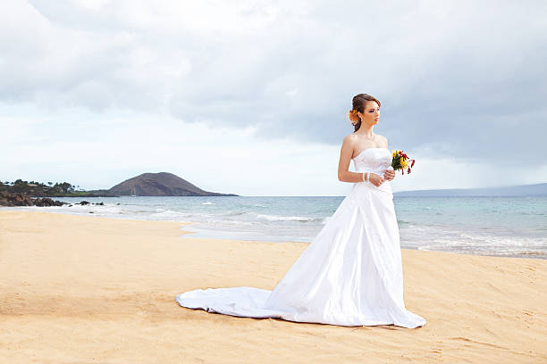 braut am strand - brautkleid trägerlos stock-fotos und bilder