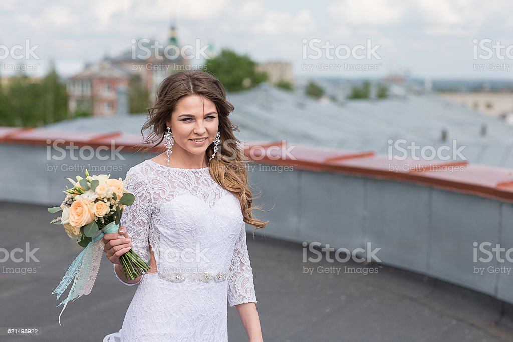 bride on the roof of the city foto stock royalty-free