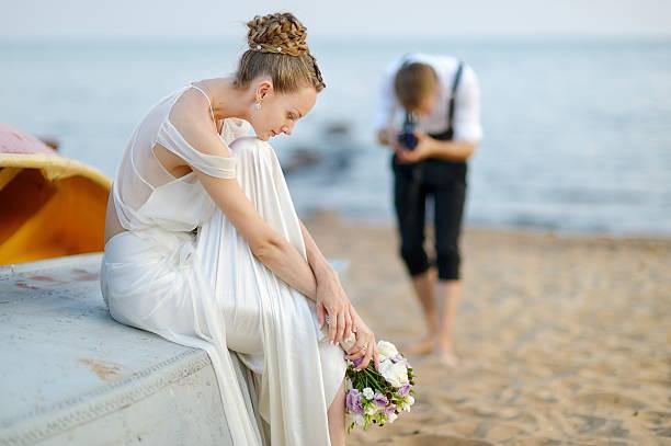 braut und bräutigam posieren für damen - wedding photography and videography stock-fotos und bilder