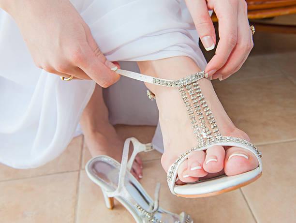 braut putting auf hochzeit-sandalen - nails stiletto stock-fotos und bilder