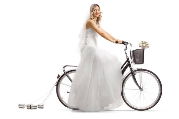 braut, fahrrad fahren und in die kamera schaut - zinn hochzeit stock-fotos und bilder