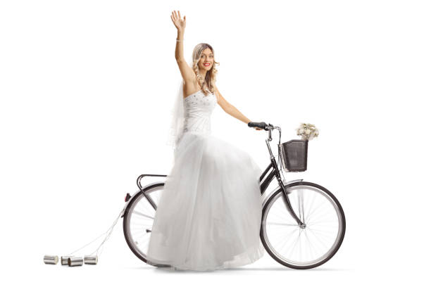 braut, fahrrad fahren und winken - zinn hochzeit stock-fotos und bilder