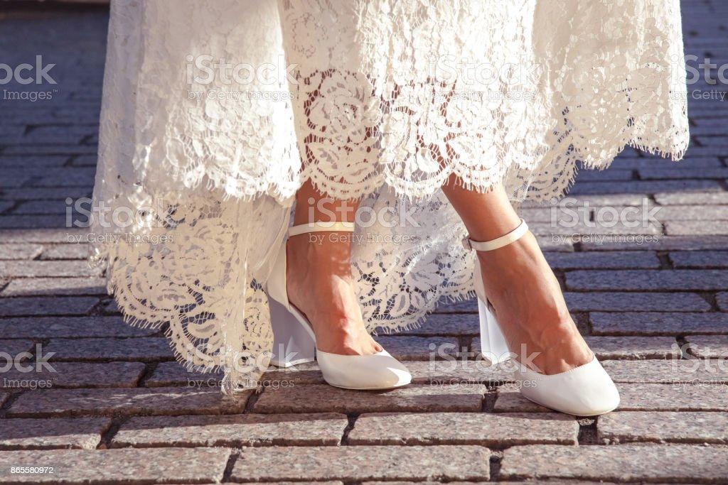 Braut zeigt ihre Schuhe – Foto