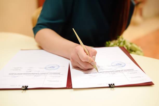 Firma la licencia de matrimonio o contrato de boda durante la ceremonia la novia - foto de stock
