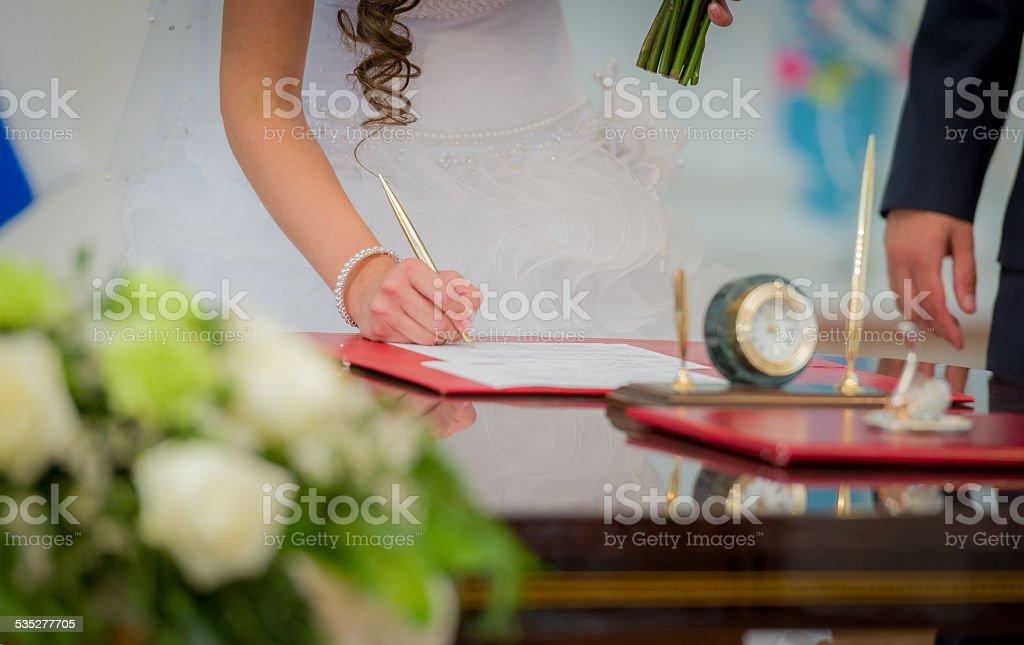 Невеста, подписание брак лицензии стоковое фото