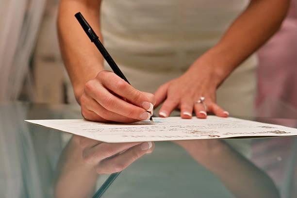 Braut, die Unterzeichnung der Heiratsurkunde Reflexion Glastisch – Foto