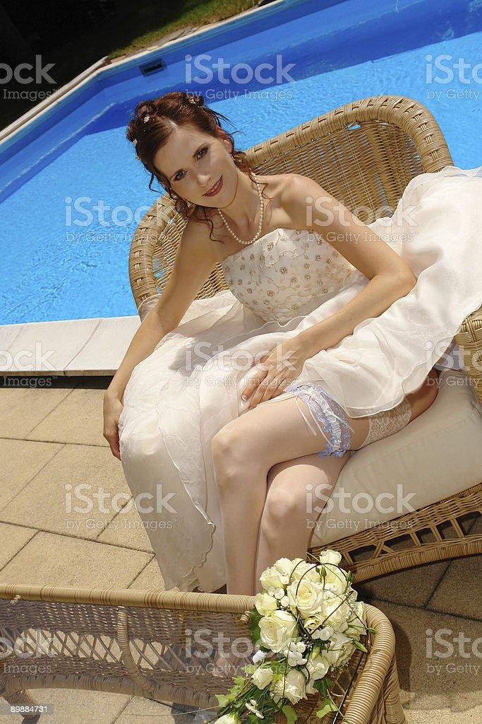 Невеста сидит в бассейн Стоковые фото Стоковая фотография