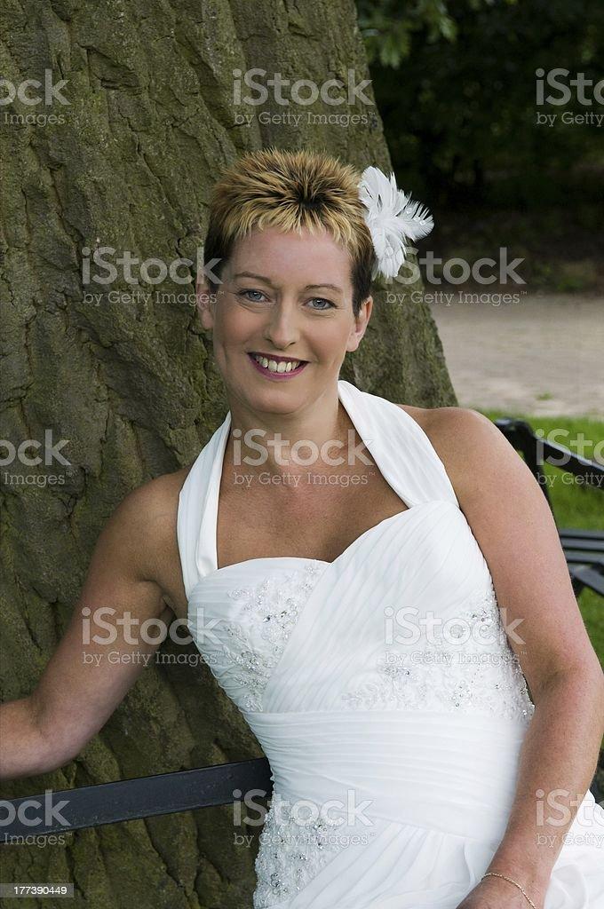 Braut sitzt auf park bench – Foto