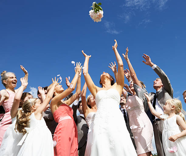 Braut werfen Bouquet für Gäste, um – Foto