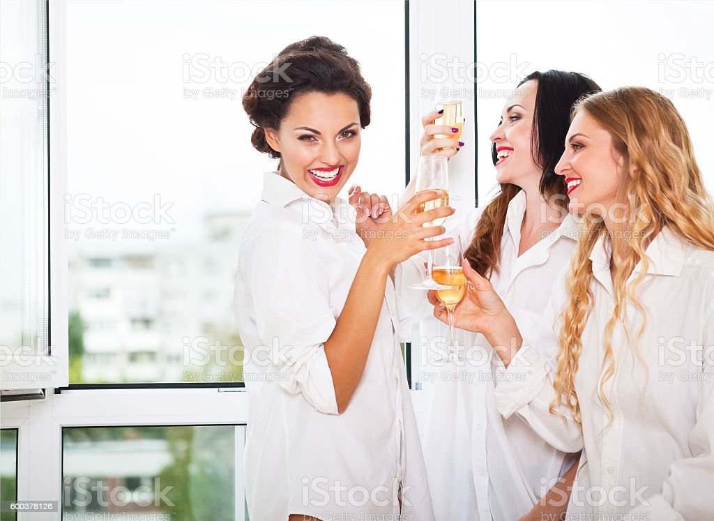 Bride to be and bridemaids holding glass with champagne - foto stock