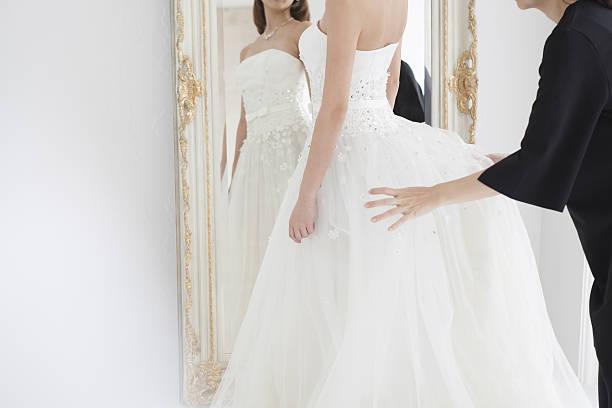 bride to change to a wedding dress. - hair grow cyclus stockfoto's en -beelden