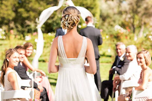 panna młoda spacer wzdłuż korytarza w ceremonia ślubu - panna młoda zdjęcia i obrazy z banku zdjęć