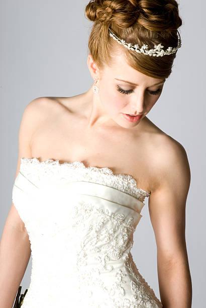 braut tragen tiara - brautkleid trägerlos stock-fotos und bilder
