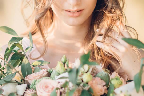 花嫁に花束 - ウェディングファッション ストックフォトと画像